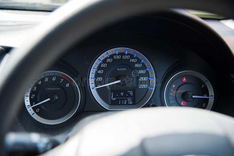 Skärm för hastighet för panel för kontroll för bil för instrumentbräda för bilinstrumentpanel upplyst, övre och grunt djup för sl arkivbilder