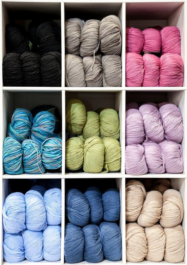 Skärm för nio ask av färgrika garnbollar för Knitti royaltyfri foto