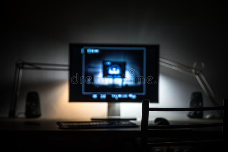 Skärm för stor dator i mörkt rum arkivbilder