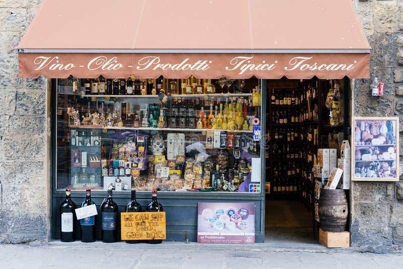 Skärm för vinflaskor i lokalt vin shoppar (Vinotheque) i Florence arkivbild