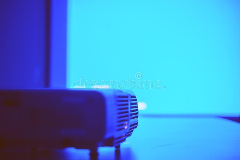 Skärm med blått ljus från projektorn arkivbilder