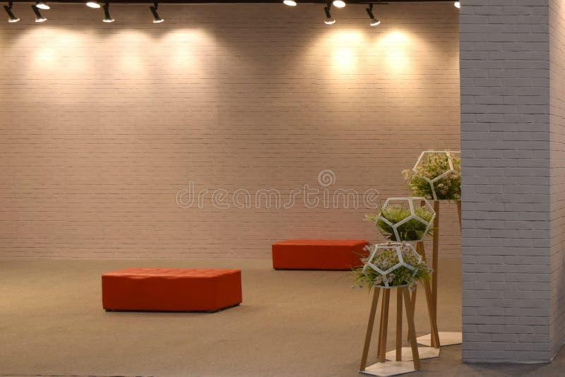 Skärm och blomkrukor för stol för garneringpoprad på tegelsten arkivbild
