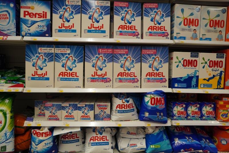 Skärm på stormarknader med olika märken av tvättpulver i lådor Partihandel Tide, Ariel, Omo tvättmedelsfacken är klädda uppåt royaltyfri fotografi