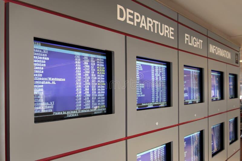 skärmar för information om avvikelseflyg royaltyfri fotografi