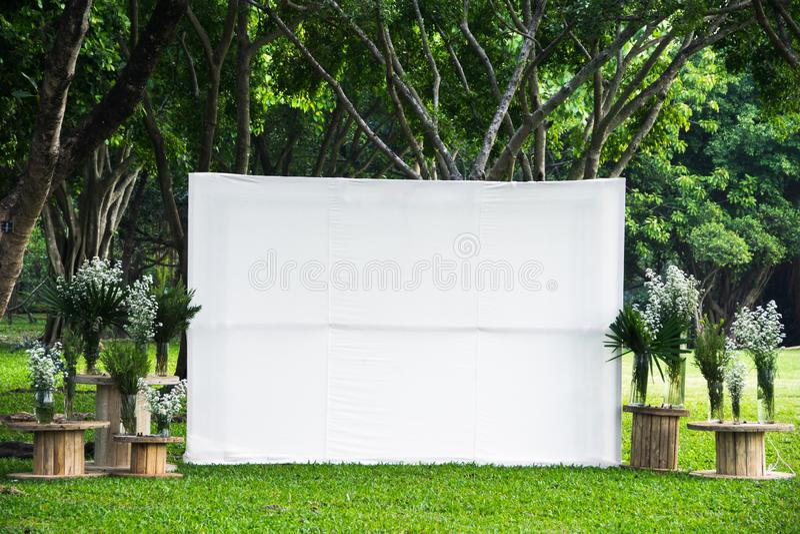 Skärmen för vitt tomt utrymme för mellanrumet som parkerar den stora annonserar banertyg som är falskt upp mall i utomhus- grön t arkivbilder