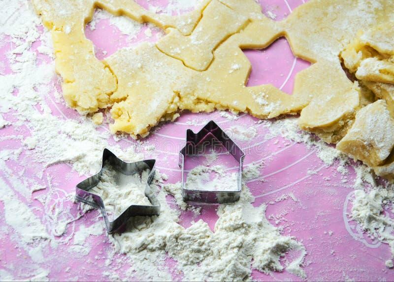 Skład z Bożenarodzeniowymi ciastkami na różowej krzem macie zdjęcie stock