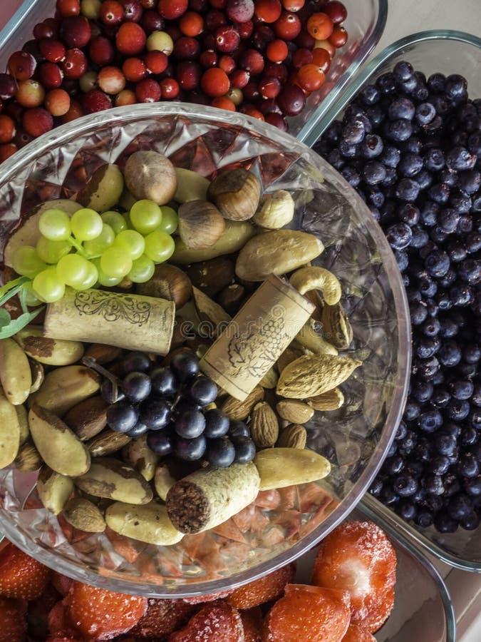 Składniki dla zdrowego śniadania, dokrętki, jagody, owoc, jedzenie dla serca, bogactwo z resveratrol, witamina, przeciwutleniacza zdjęcia stock