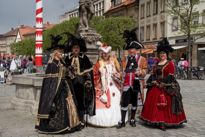 Skådespelare i historiska dräkter - Bayreuth gammal stad arkivbild