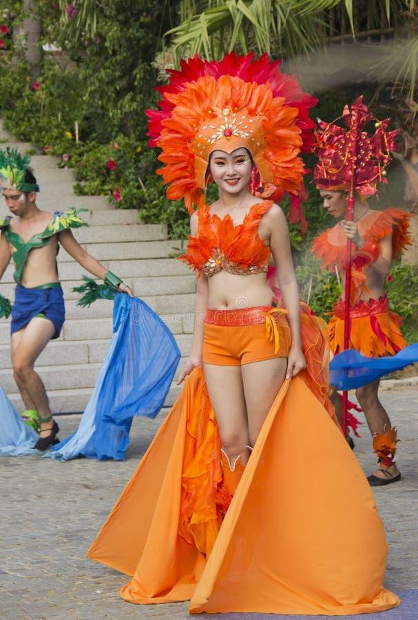 skådespelare i karnevaldräkter arkivbild