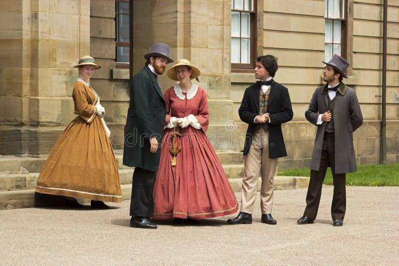 Skådespelare klädde som fäder och damer av förbund i Charlot royaltyfria foton