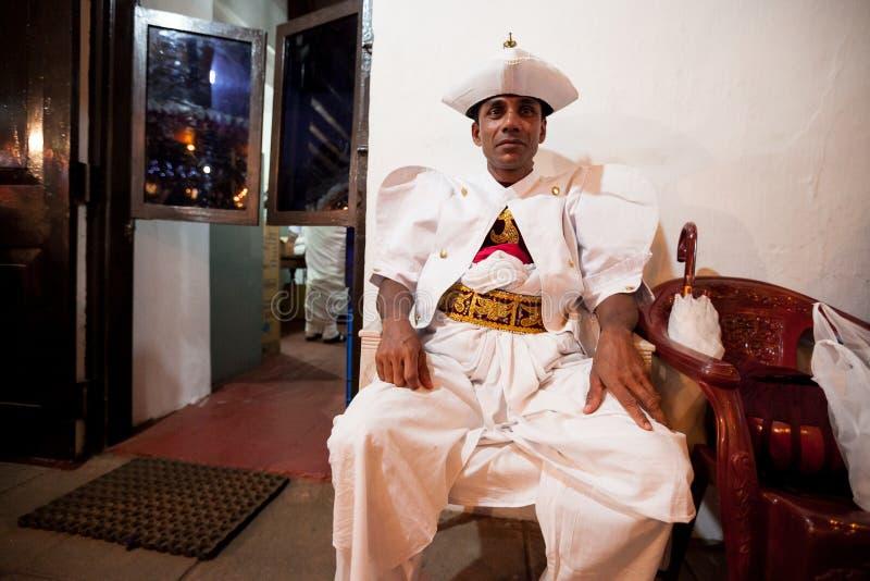 Skådespelare som är utklädda för Kandy Esala Perahera arkivbilder