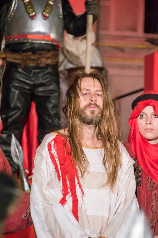 Skådespelare som Jesus Christ på nattpassion av Jesus Christ Play i Gdansk royaltyfria bilder