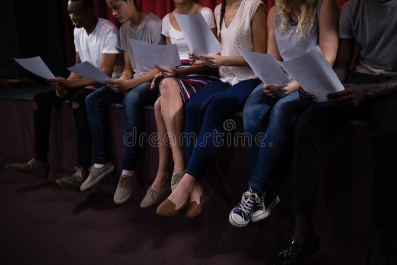 Skådespelare som läser deras skrifter på etapp i teater royaltyfria foton