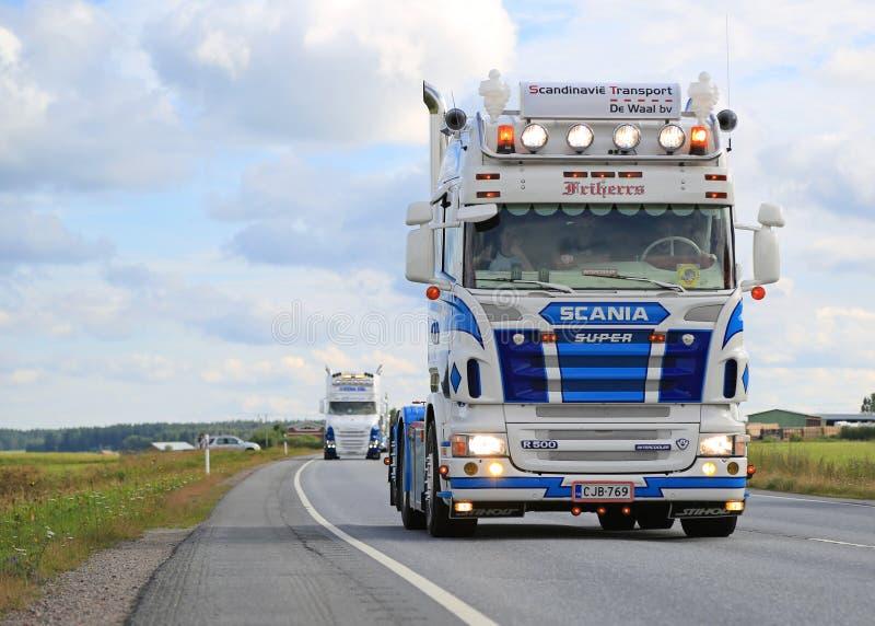 Skåne R500 V8 av RG-trans. i lastbileskortfartyg arkivbild