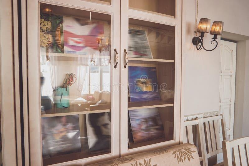 Skåp med glass dörrar royaltyfri foto