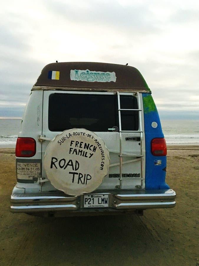 Skåpbil för vägtur på stranden i Ecuador royaltyfria bilder