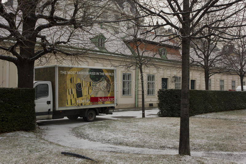 Skåpbil inom belvedereträdgården i Wien med befordran av den Klimt utställningen royaltyfri fotografi