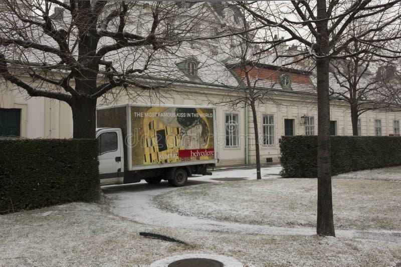 Skåpbil inom belvedereträdgården i Wien med befordran av Klimt arkivfoto