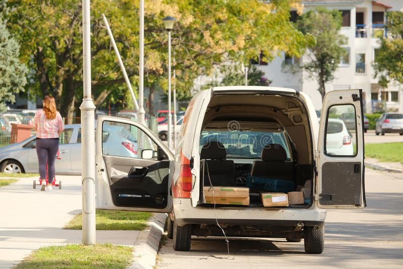 Skåpbil med de öppnade bakdörrarna arkivbild