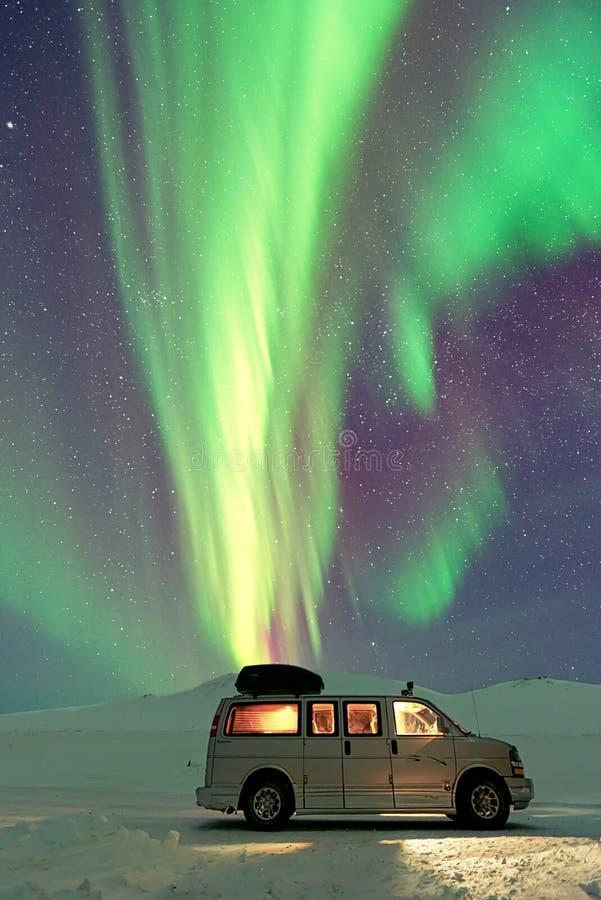 Skåpbil under Aurora Borealis arkivfoto