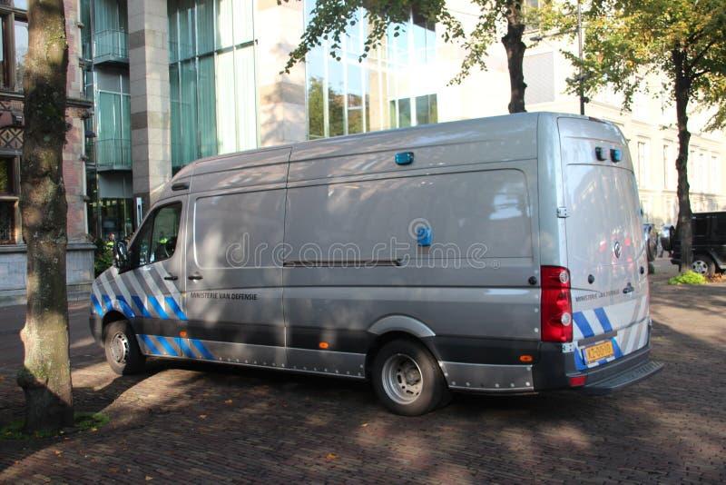 Skåpbilen av den kungliga holländska armén som används av de explosiva experterna som, bombarderar förhindrandet och demonterar l arkivbilder