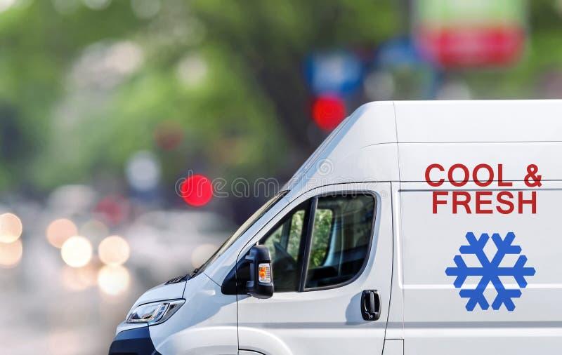 Skåpbilen för luftcontidionservice på stadsgatan blured bokehbakgrund arkivfoto