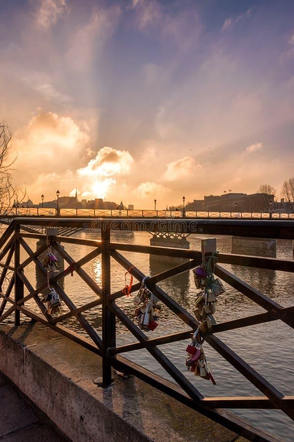 Skåpet Pont des Arts älskar paris på soluppgång arkivbilder