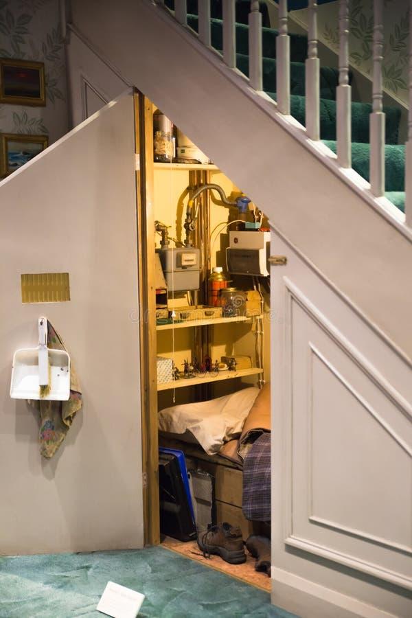 Skåpet under trappan, Warner Brothers Studio skärm av garneringar för den Harry Potter filmen UK arkivbilder