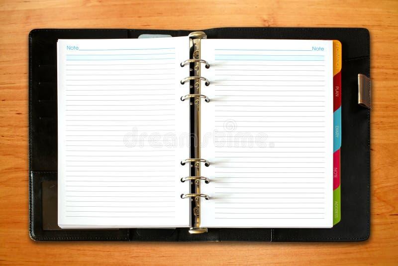 Skóra otwarty notatnik na starym drewnianym tle obraz stock