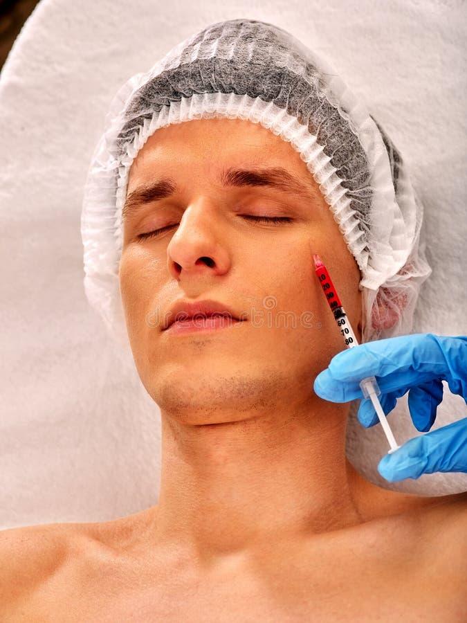 Skórni napełniacze mężczyzna w zdroju salonie z beautician zdjęcia royalty free