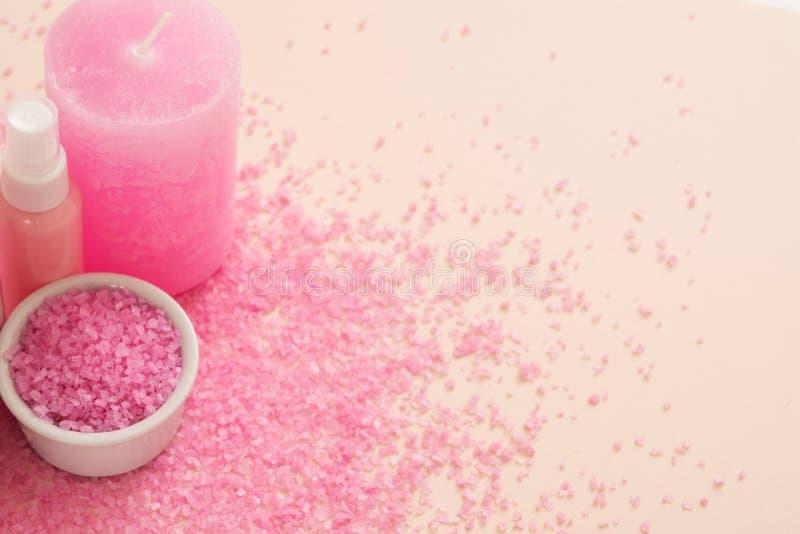 Skóry ciała opieki wellness menchii świeczki kąpielowa sól zdjęcie stock