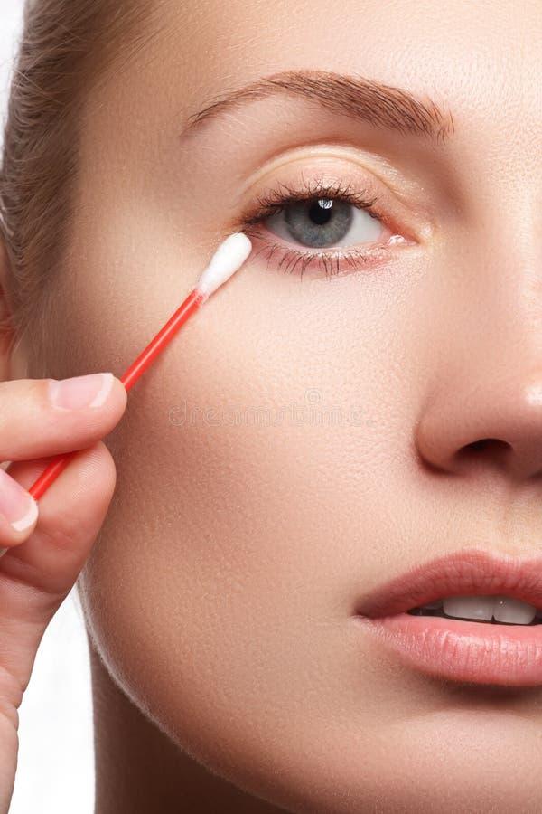 Skóry opieki kobieta usuwa twarzy makeup z bawełnianym mopem Skóry opieki pojęcie Kaukaski model z perfect skórą Piękno & zdrój obrazy stock