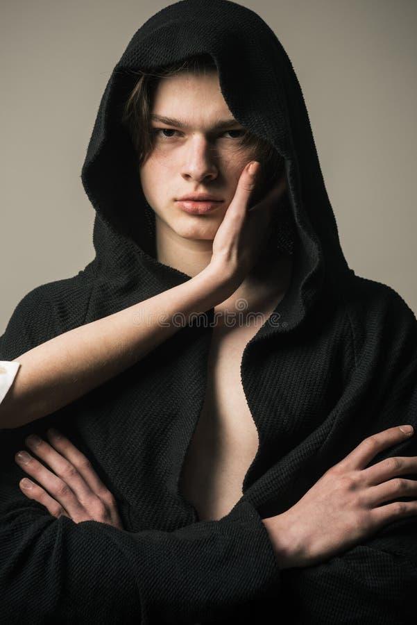 Skóry pojęcie Mężczyzna z młodą zdrową skórą Ręka dotyka twarzy skóra nastoletni chłopak Skóry terapia i traktowanie fotografia stock