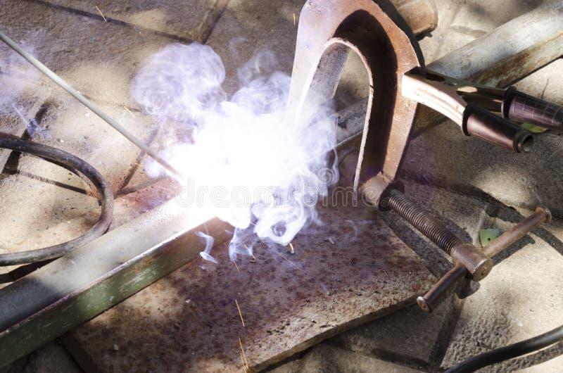 Sköldgas, svetsande process Closeup av gnistor och exponeringen under svetsning arkivfoto