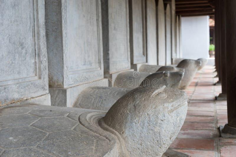 Sköldpaddastensteles och att uthärda namnen av doktors- pristagare av templet av litteratur mellan 1142 och 1778 i Vietnam på Skå royaltyfri foto