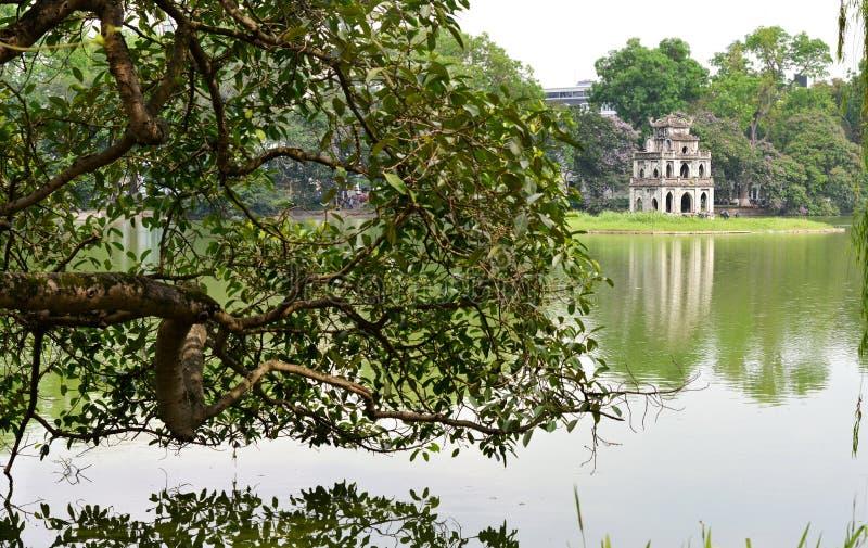 Sköldpaddatorn i Hoan Kiem sjön, Hanoi royaltyfria foton