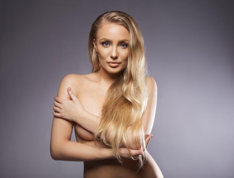 Skön naken kvinna med långt hår royaltyfri foto