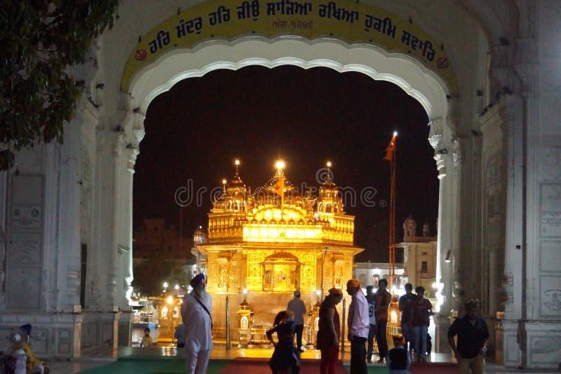 Skönhet av den guld- templet i natt arkivfoto