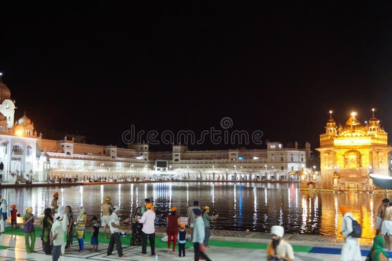 Skönhet av den guld- templet i natt royaltyfria bilder