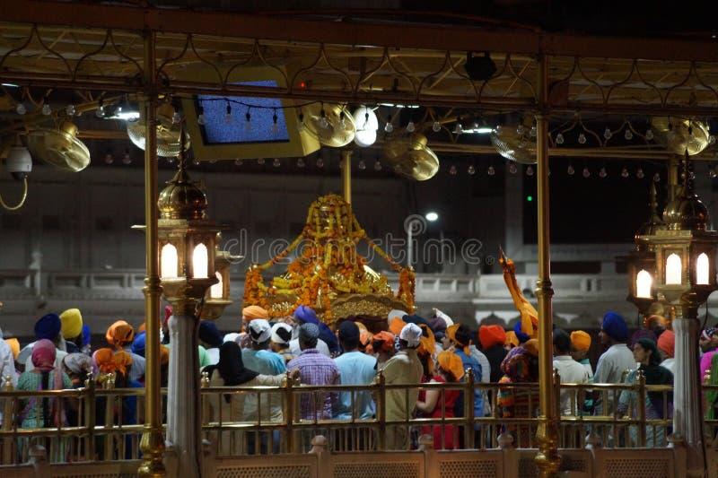 Skönhet av den guld- templet i natt arkivbild