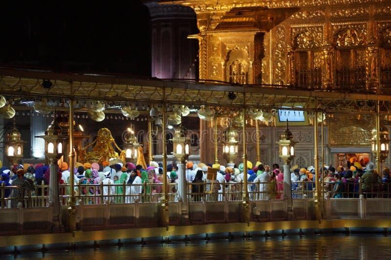 Skönhet av den guld- templet i natt arkivfoton
