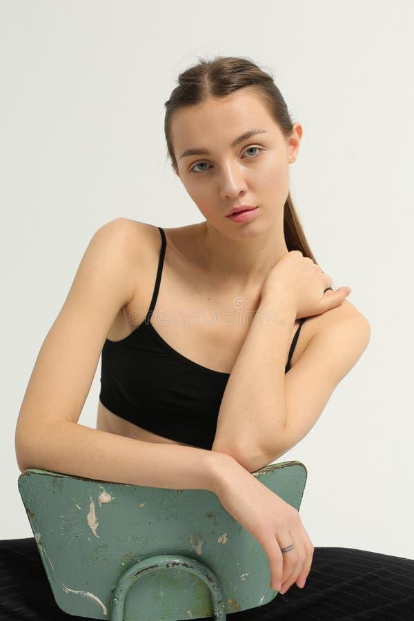 Skönhet av den unga modellen i studio arkivfoto