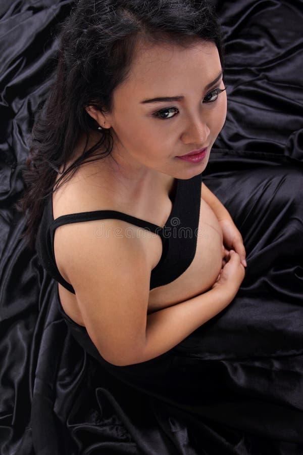 Skönhet av gravida kvinnan i svart fotografering för bildbyråer