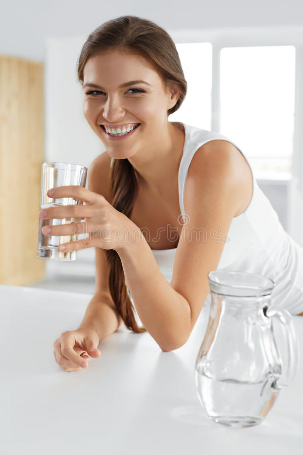 Skönhet bantar begrepp Lyckligt le kvinnadricksvatten hälsa royaltyfri foto
