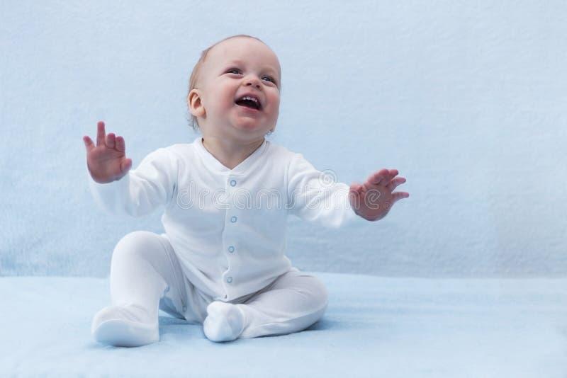 Skönhet behandla som ett barn pojken med utvidgade armar Gullig le glad begynnande unge skratta litet barn royaltyfria foton
