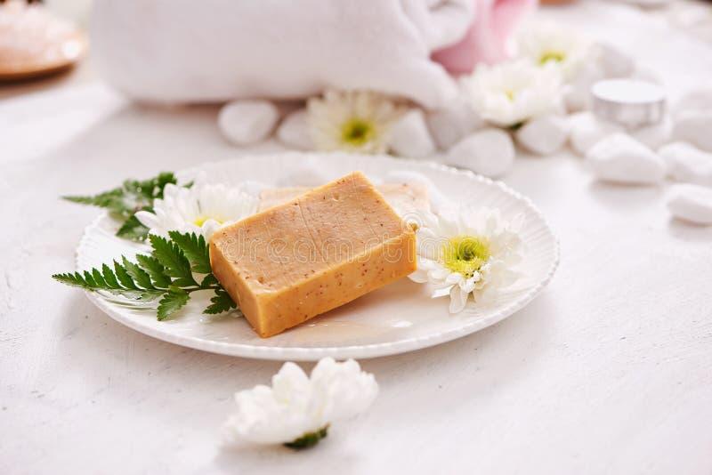Skönhet, brunnsort, kroppomsorg, bad och naturligt skönhetsmedelbegrepp - clo royaltyfri foto