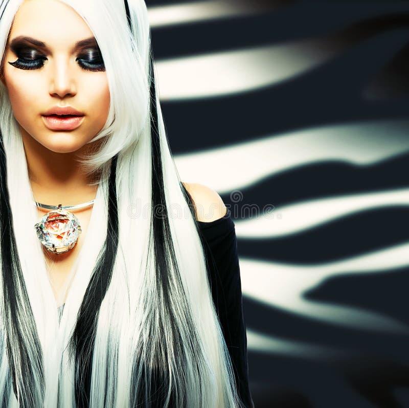 Skönhet danar den gotiska flickan royaltyfri fotografi