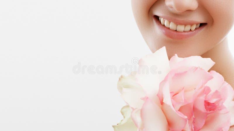 Skönhet danar ståenden härlig blommamakeupkvinna Inspiration av våren och sommar Doft skönhetsmedelbegrepp arkivfoton