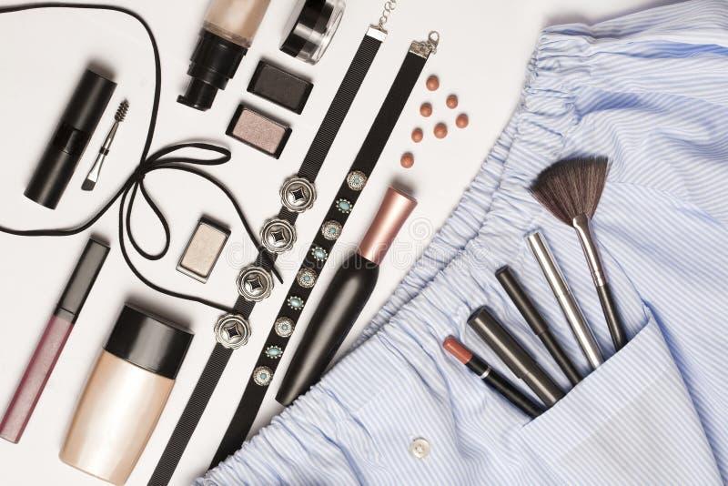 Skönhet dekorativa skönhetsmedel Makeupborsteuppsättning och färgögonskuggapalett på vit bakgrund, lekmanna- lägenhet, bästa sikt arkivfoton