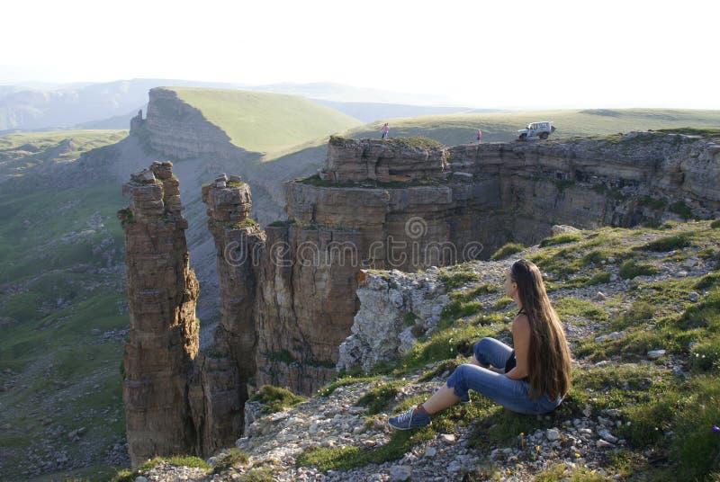 Skönhet för fred för kvinna för soluppgång för hår för Advanture klippaberg hög royaltyfri bild
